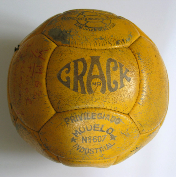crack-fifa-world-cup-1962-chile-matchball-used-1-1381335978